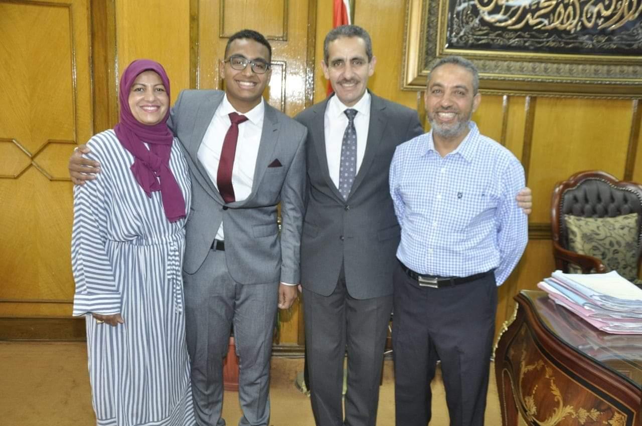 رئيس جامعة القناه يكرم الطالب عبد الله عماد لتفوقه العلمي والرياضي