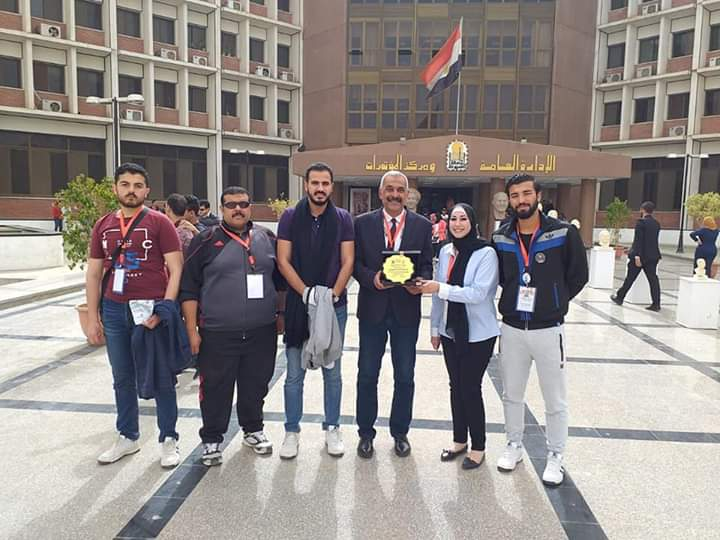 """The delegation of Suez Canal University received the shield of participation for arrival students at the end of the """"People's Week"""" symposium at Assiut University"""