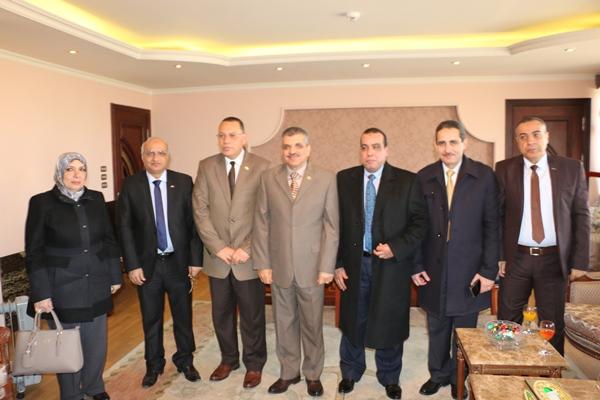 Président de l'université et les vices-présidents félicitent le nouveau vice-président de l'Autorité du Canal de Suez